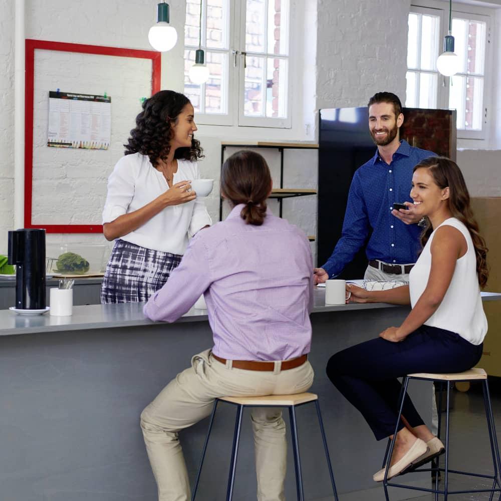 Gemeinschaftlicher Dialog in der Teeküche fördert Zusammenhalt und steigert Effizienz